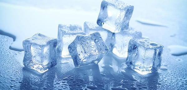 Dùng đá lạnh tẩy sạch vết keo
