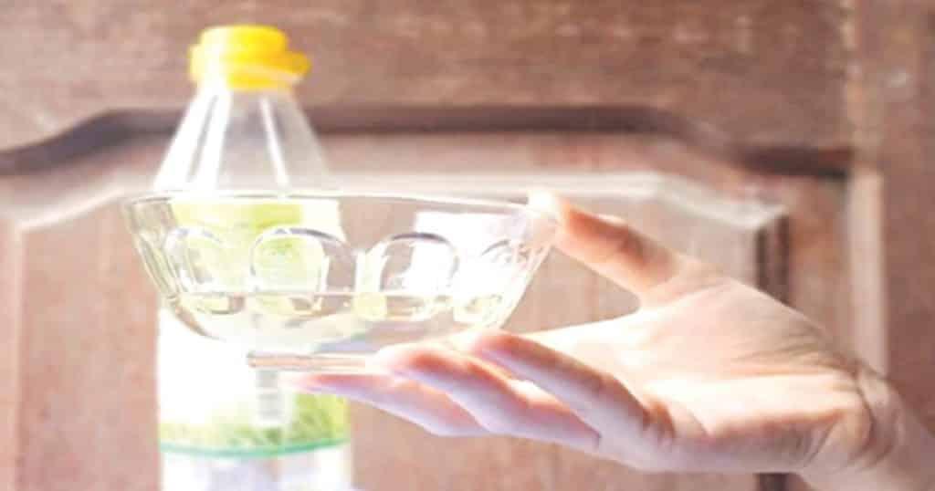 Dùng nước dấm tẩy keo dán chuột