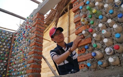 Sử dụng chai và nắp chai nhựa để trang trí tường nha